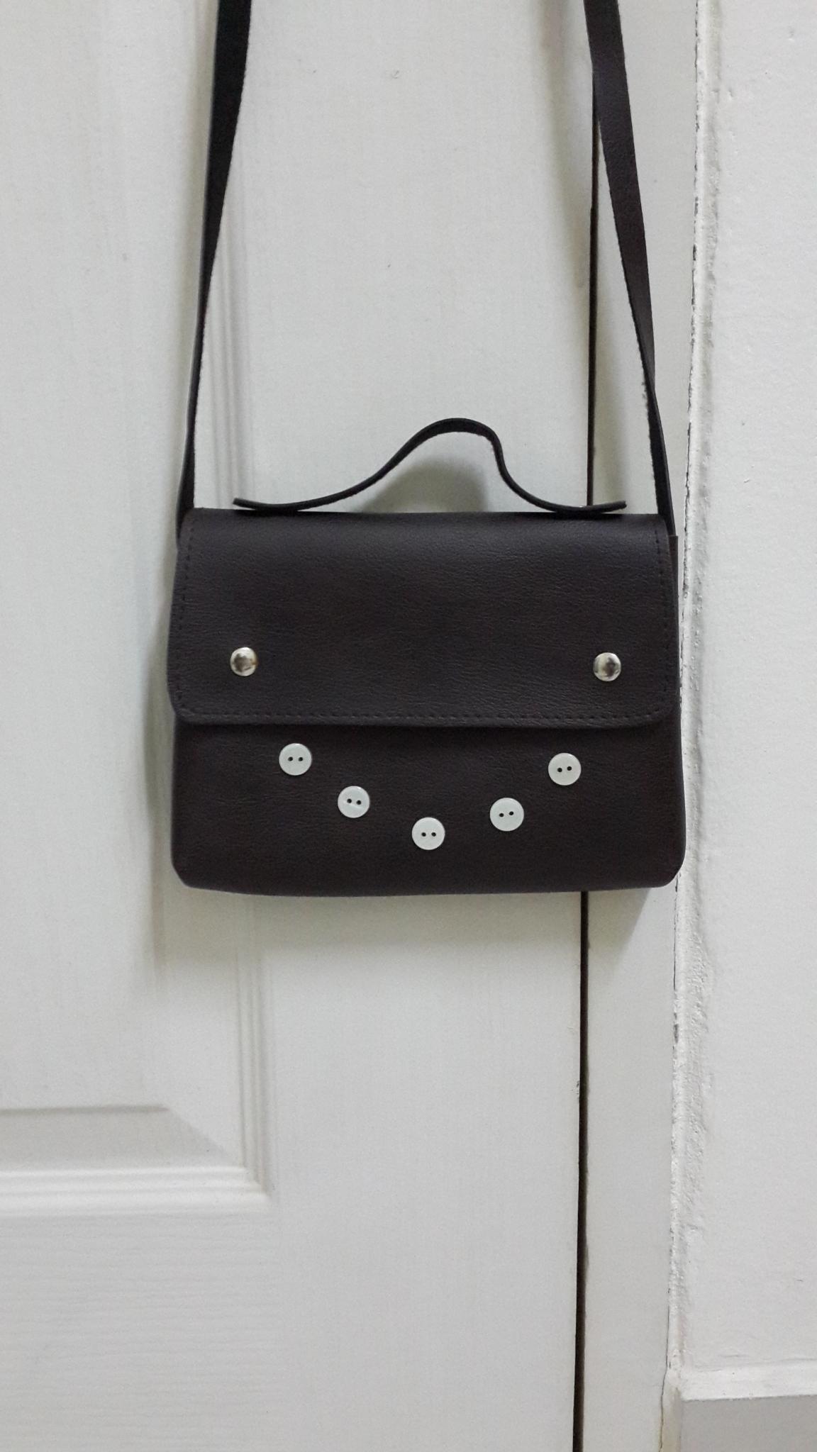 กระเป๋าสะพายข้าง สายยาว สีน้ำตาลเข้ม แต่งกระดุม ใบเล็ก
