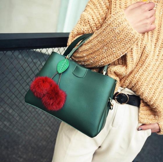 [ Pre-Order ] - กระเป๋าแฟชั่น ถือ/สะพาย สีเขียวเมทาลิค ทรงสี่เหลี่ยมขนาดกระทัดรัด ดีไซน์สวยเรียบหรู ดูดี งานหนังคุณภาพ คุ้มค่าการใข้งาน