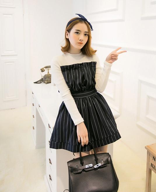"""size M""""พร้อมส่ง""""เสื้อผ้าแฟชั่นสไตล์เกาหลีราคาถูก เดรสเกาหลี เดรสสีดำผ้าฝ้ายลายเส้นสีขาว ต่อแขนไหมพรมสีขาวแขนยาว ซิปหลัง มีซับในคลุมตาข่ายอีกชั้นให้ดูพองๆ -size M"""