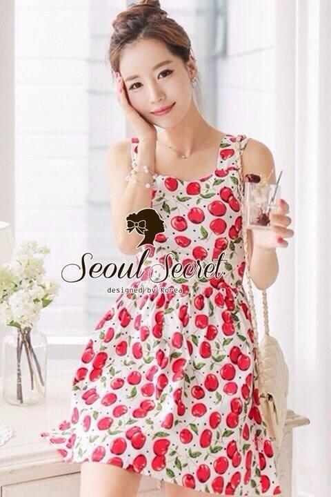 ( พร้อมส่งเสื้อผ้าเกาหลี) เนื้อผ้าคอตตอนเนื้อสวย น่ารักๆ ด้วยงานพิมพ์ลายเชอรี่ สีสดสวยน่าใส่ด้วยโทนสีขาวแดง น่ารักมากคะ เก๋ๆ ด้วยทรงเดรสคอเหลี่ยม เติมความเปรี้ยวด้วยดีเทลที่ด้านหลังของตัวเดรสมีดีเทลผ่าหลังนิดๆ เติมความหวานด้วยงานตัดเย็บป็นโบว์ที่ด้านหลัง