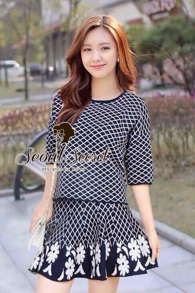 ( พร้อมส่งเสื้อผ้าเกาหลี) ชุดเซ๊ตผ้าไหมผสมผ้ายืด เนื้อนุ่มใส่สบาย เก๋ๆ เนื้อผ้าอย่างดีนะคะ ด้วยทรงเสื้อแขนสามส่วน ทอลายตาราง มาฟร้อมกับกระโปรงเข้าเซ็ทกัน เติมความหวานด้วยงานทอลายดอกไม้ที่ชายกระโปรง ชายกระโปรงทรงระบายๆ งานสวยมากคะ