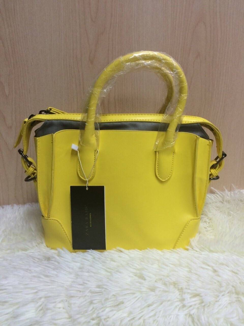 พร้อมส่ง ขาว ดำ เหลือง Zara Gussetted shopper bag ข้างในมีกระเป๋าแยกอีก 1 ใบ สายยาว119cm. ถอดได้ สี: ขาว/ดำ Size : 24x19.5x10cm ***งานชนช็อป*** ราคาปลีก 1,490฿