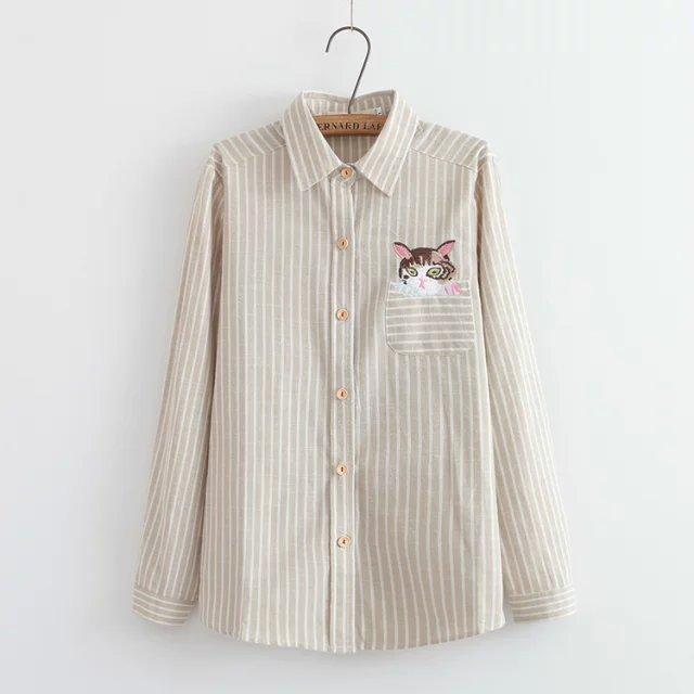 เสื้อเชิ้ตยีนส์อ่อนพิมพ์ลายทาง ปักแมวโผล่กระเป๋า สีน้ำตาลครีม