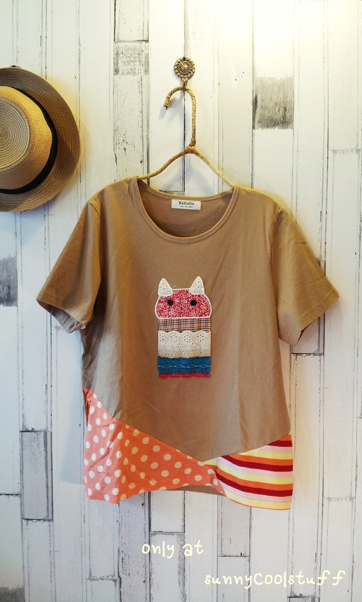 เสื้อยืด bedada แต่ง patchwork ลายแมว ชายเสื้อไขว้ สีน้ำตาลอ่อน