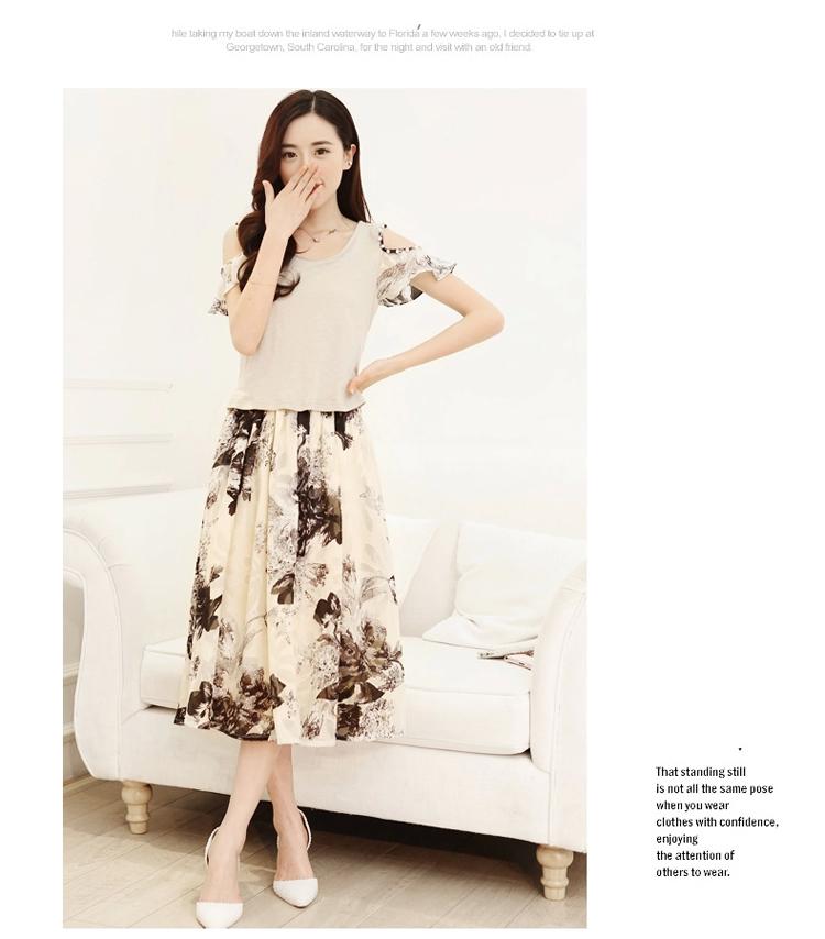 ชุดเดรสยาวสีดำ เสื้อสีขาว แขนสั้น คอกลม เย็บมุกตรงไหล่ กระโปรงลายดอกไม้ สวยหวาน
