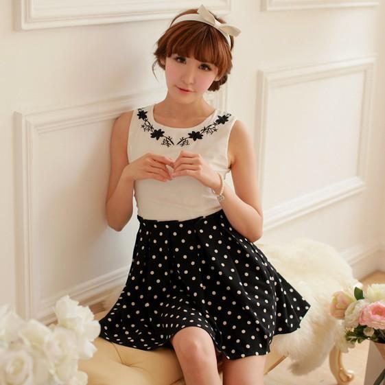 ชุดเดรสแฟชั่นเกาหลี ชุดเดรสแฟชั่นน่ารัก ชุดเดรสสั้น ชุดเดรสสวย ๆ เสื้อคอกลม แขนกุด สีขาว ต่อด้วย กระโปรงสีดำลายจุด ( S,M,L )
