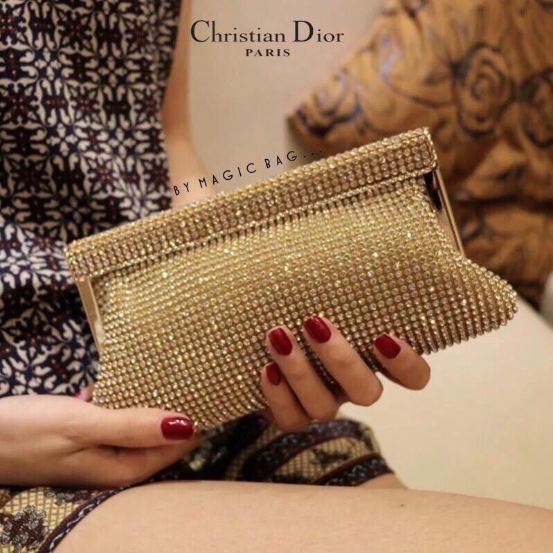 """กระเป๋าแฟชั่น คลัทช์ สุดหรู สไตล์ Dior clutch 2016 งานสวยมาก เพรชระยิบ ระยับแน่นสวย พร้อมสายโซ่สะพายข้าง ขนาดเหมาะมือกำลังใช้ออกงานได้ หรู หราโดดเด่น Size : 1.5 x 9 x 4.5 """" มี 3 สี ดำ เงิน ทอง"""