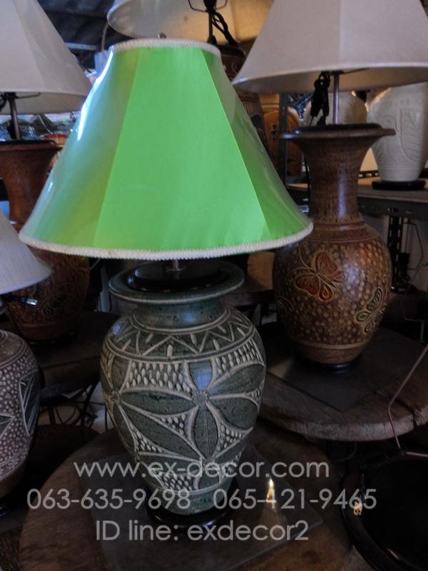 โคมไฟตั้งโต๊ะ โคมไฟดินเผาด่านเกวียน ทำจากแจกันดินเผาด่านเกวียน แกะลายดอกไม้ สีโคลนเขียว
