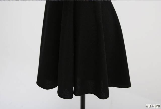 ชุดเซท เดรสสั้นแขนกุดสีดำ มาพร้อมเสื้อคลุมตัวสั้น แขนยาวสีเทา เสื้อคลุมเนื้อผ้าเบา คอตตอลผสมแขนกึ่งทรงตุ๊กตา ส่วนเดรสสั้นเนื้อผ้ายึดหยุ่นดี ทรงบานพริ้ว มีน้ำหนัก สวมใส่สบายๆไม่ร้อน