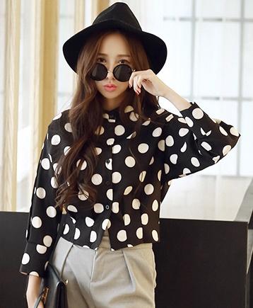เสื้อผ้าแฟชั่นผู้หญิง ((พร้อมส่ง)) : เสื้อแฟชั่นสีดำแต่งลายจุดสีขาว น่ารัก น่ารักจ้า