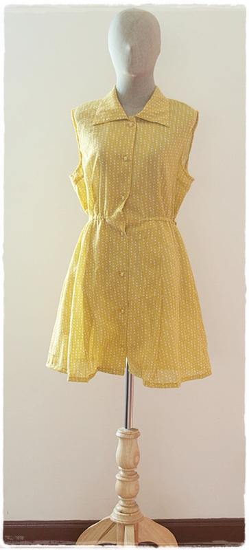 Sold เดรสสั้น คอปก แขนกุด เอวจั๊ม กระดุมหน้า พื้นสีเหลือง ลายจุด สีขาว