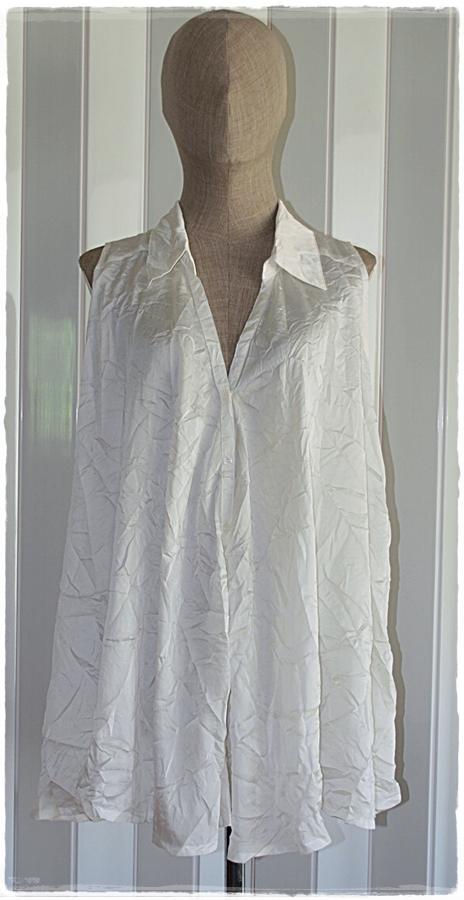 เสื้อ ปกเชิ้ต แขนกุด กระดุมหน้า ทรงปล่อย สีขาว