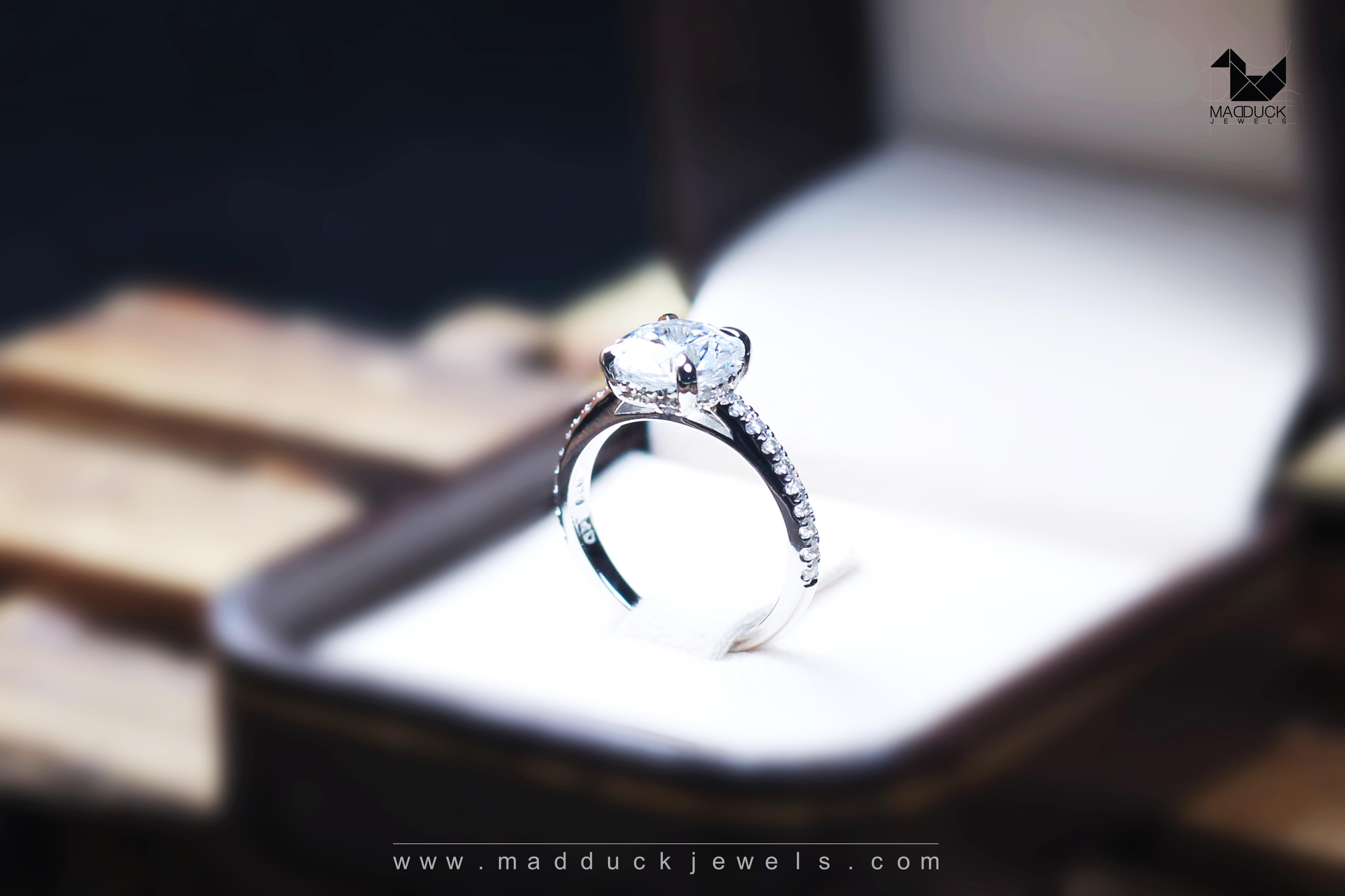 แหวนเงินแท้ เพชรสังเคราะห์ ชุบทองคำขาว รุ่น RG1616 1.50 carat angle wing