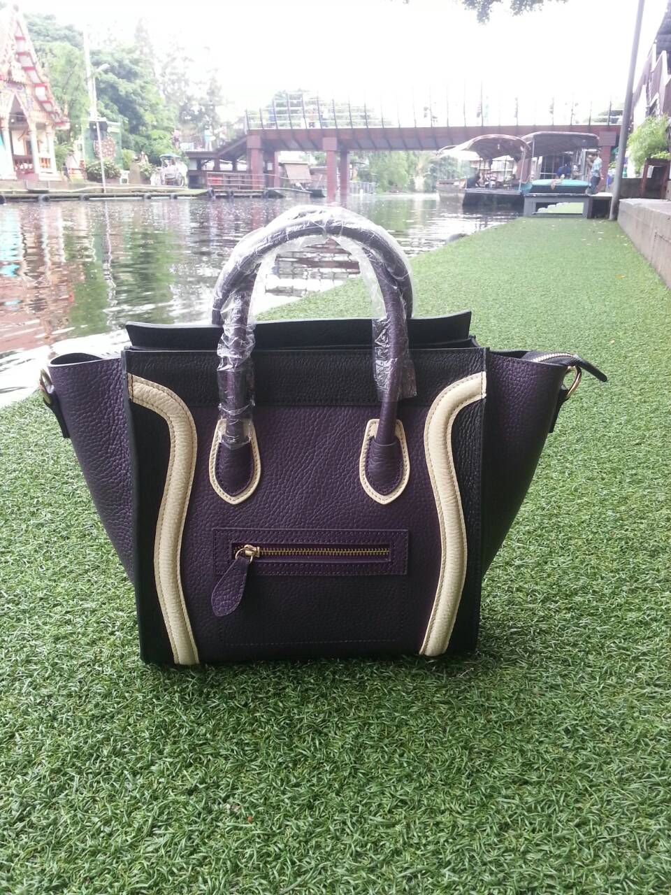 กระเป๋าถือรุ่น Seal สี Triple Violet (ไซส์ M)