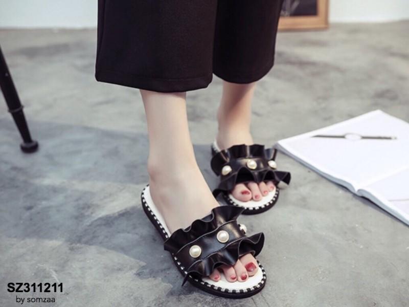 รองเท้าแตะผู้หญิงสีดำ แบบสวม แต่งหนังระบายมุ้งมิ้ง (สีดำ )