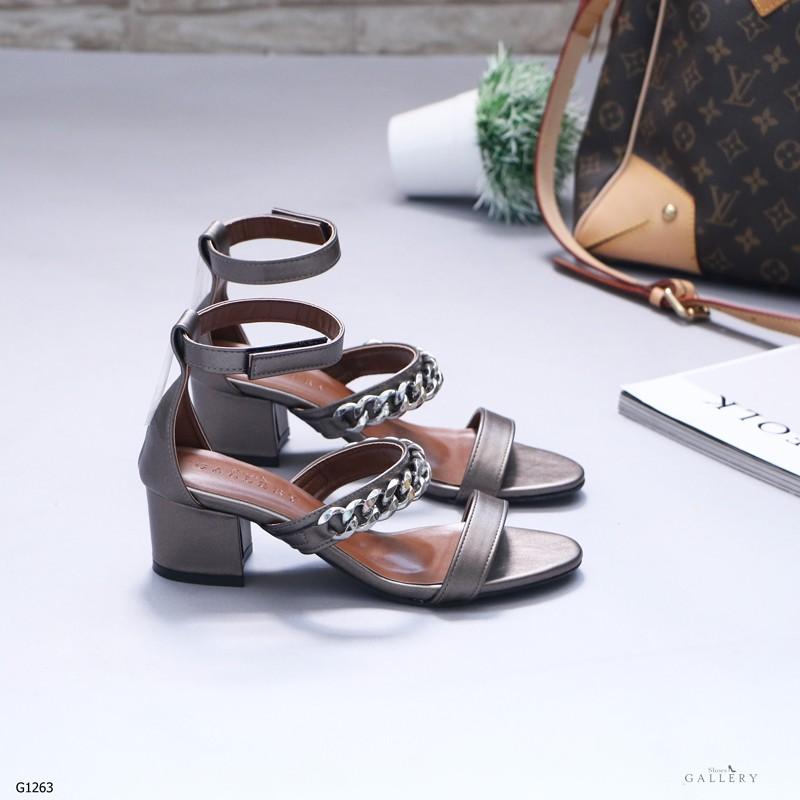 รองเท้าส้นตันรัดส้นสีเทา คาดหน้าสองระดับ แต่งโซ่เงิน (สีเทา )