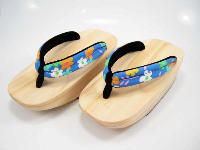 Fit Geta-07 รองเท้าเกี๊ยะไม้ธรรมชาติ เชือกฟ้าลายดอกไม้