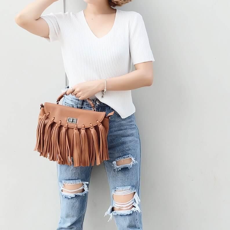 กระเป๋าสะพายแฟชั่น กระเป๋าสะพายข้างผู้หญิง แบบฝาพับ แต่งภู่ใหญ่ [สีน้ำตาล ]