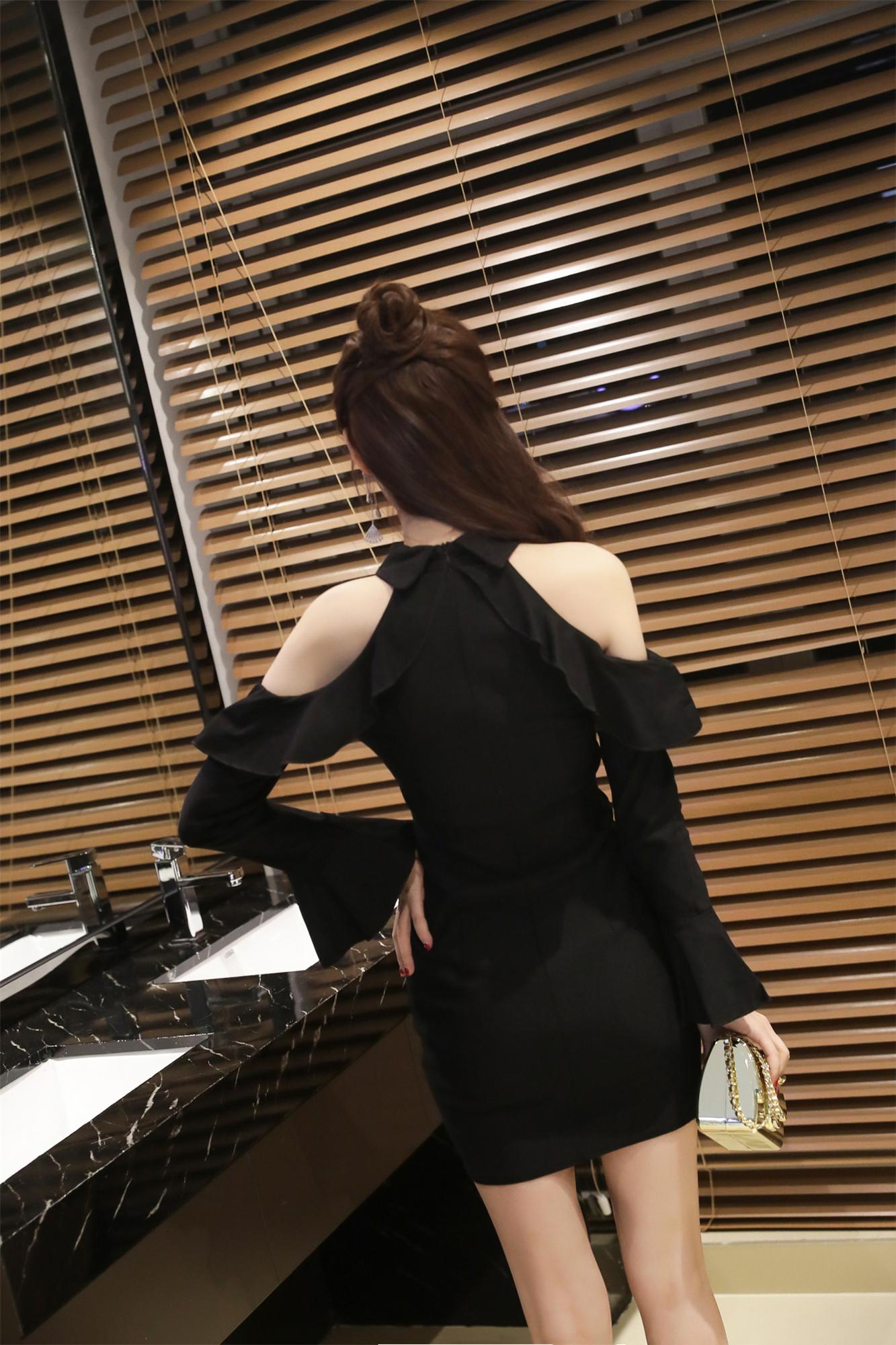 ชุดเดรสแฟชั่นสีดำคอวีสวยๆ