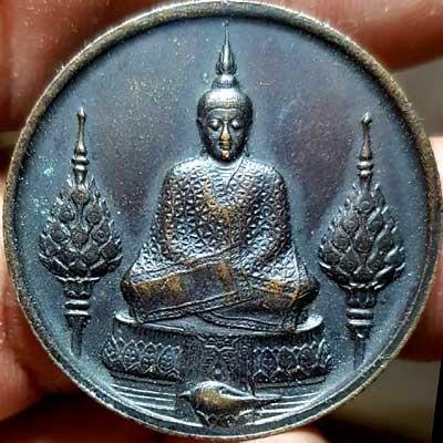 เหรียญพระแก้วมรกต ภปร.ฉลองกรุงรัตนโกสินทร์ ๒๐๐ปี พ.ศ.๒๕๒๕ บล็อคแรก เนื้อทองแดง