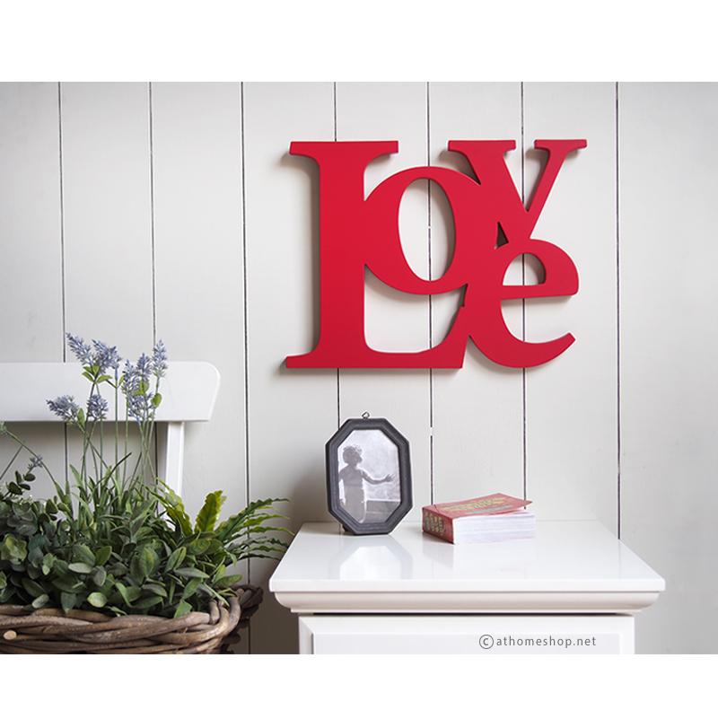 วอลล์อาร์ตฉลุไม้ตัวอักษร LOVE สีแดง