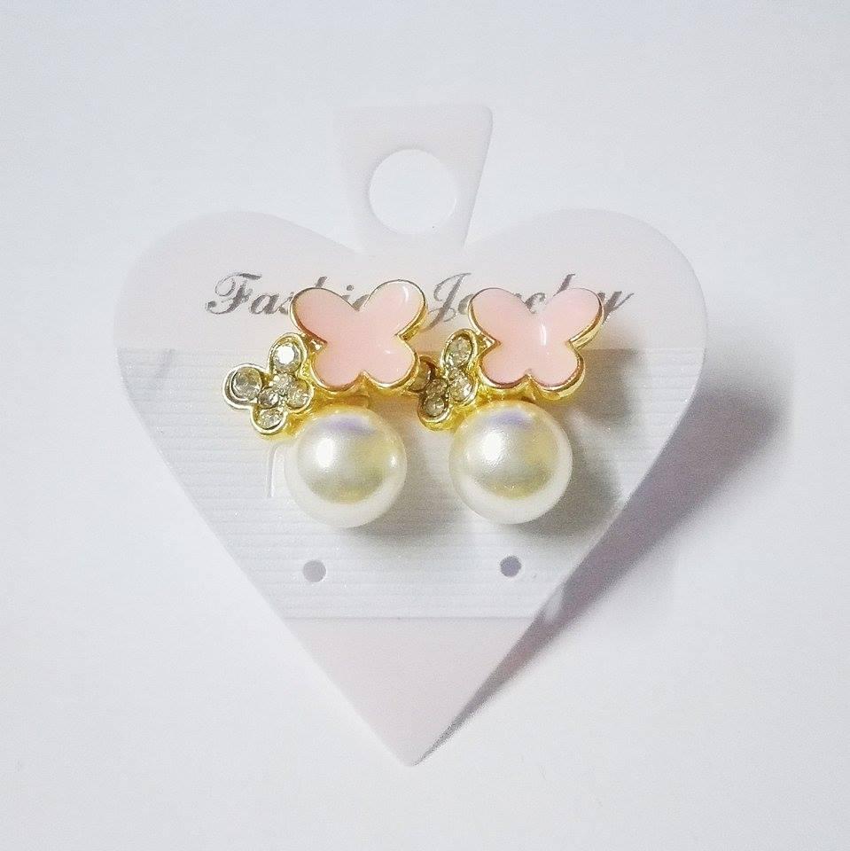 ต่างหูมุกประดับด้วยดอกไม้สีชมพู