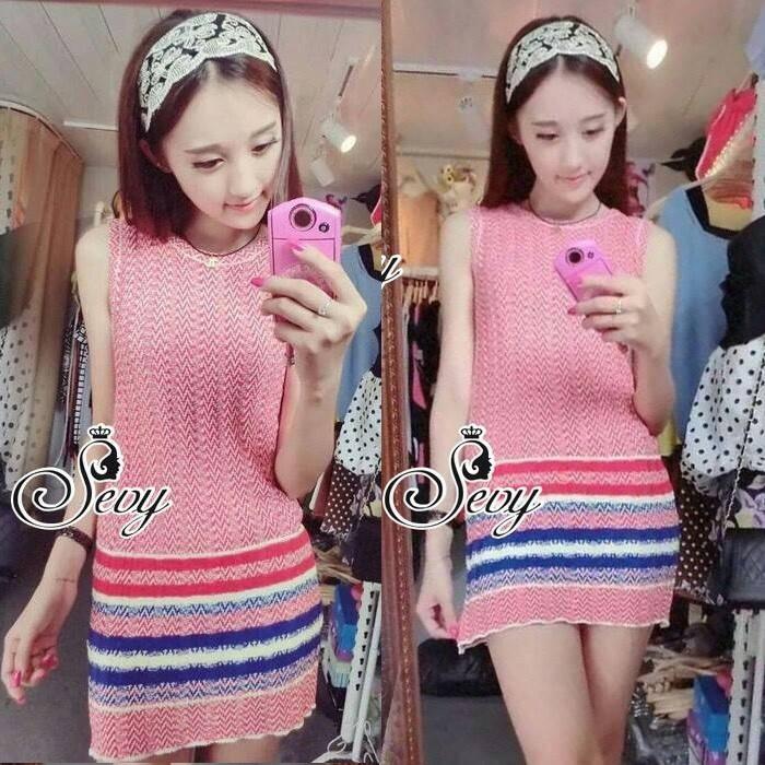 Sevy Minimal Knit Sleeveless Color Mini Dress Type: Mini Dress Fabric: Knit Detail: มินิเดรสผ้าไหมพรมเนื้อไหม เนื้ออ่อน ทอลายเส้นทาง ดีเทลเล่นทอไล่สีช่วงชายกระโปรง ทรงเข้ารูปยืดได้ตามบอดี้ ใส่ออกมาแล้วดูเก๋ไก๋ น่ารักเลยนะคะ มีให้เลือก 2 สี สีเขียว และ สีช