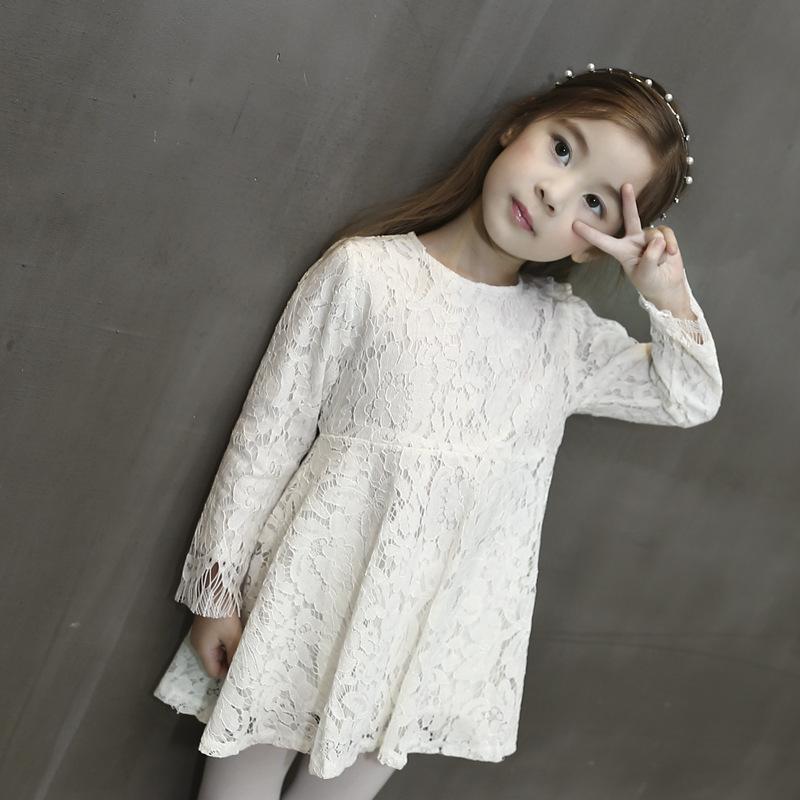 เดรสกระโปรงสีขาวแขนยาว เป็นผ้าลูกไม้เรียบๆ สวยงามดูคลาสสิกใส่ได้ทุกยุคทุกสมัย งานดีค่ะ