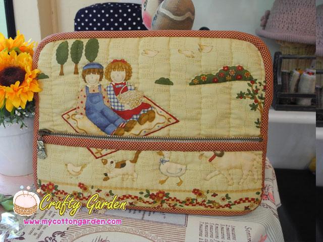 กระเป๋าใส่ Ipad ลาย Bess & Billy มีช่องใส่ของจุกจิกด้านหน้ากระเป๋า ผ้าญี่ปุ่น ควิลล์มือค่ะ ปกป้องไอแพดที่รักของคุณ น่ารักไม่ซ้ำใคร