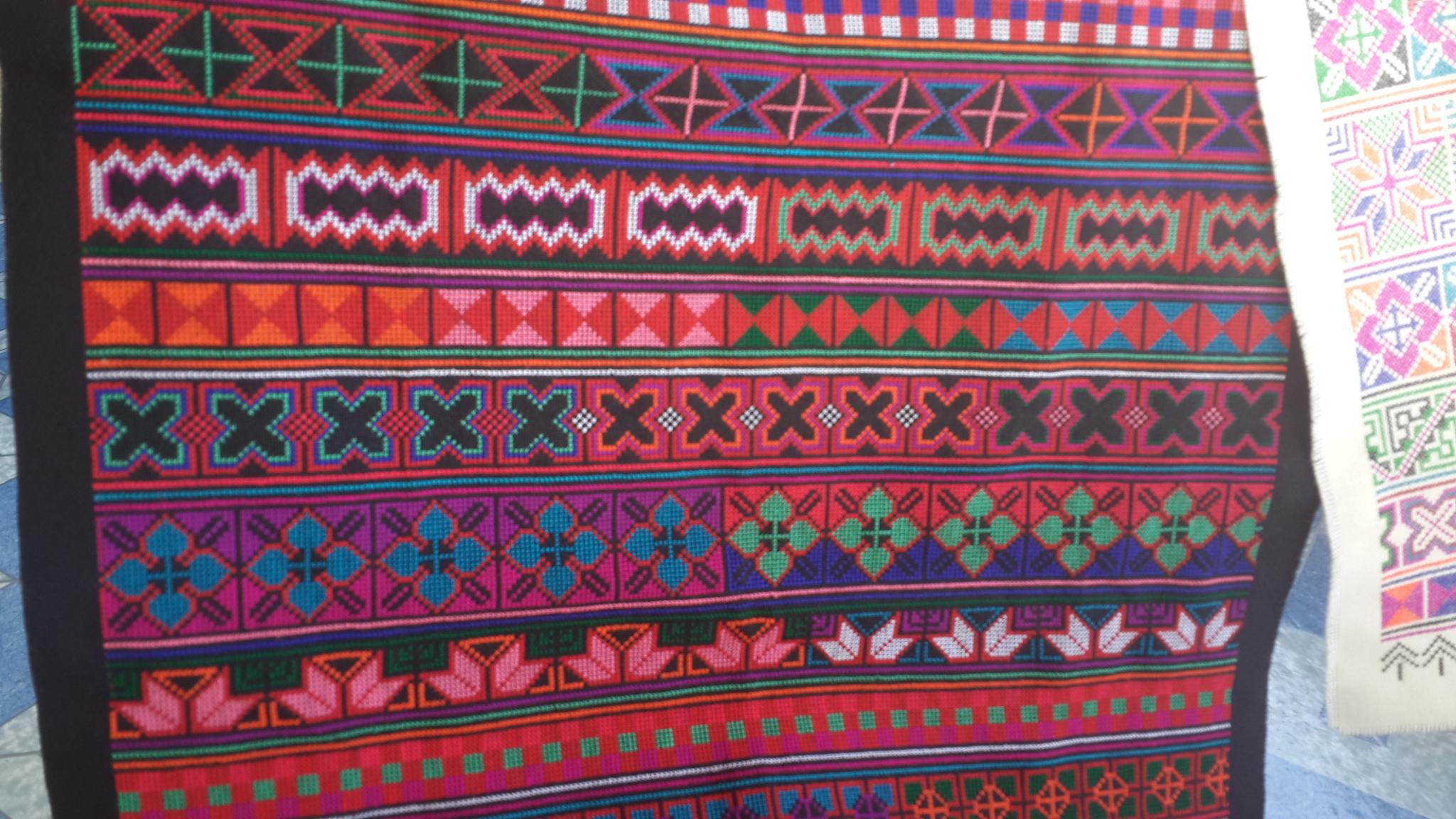 ผ้าปักลายอาข่า ปักสีแดงสดใสพื้นสีดำ ผืนสี่เหลี่ยมผืนผ้า