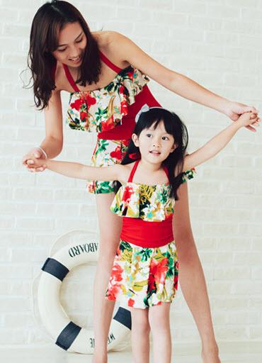 พร้อมส่ง ชุดว่ายน้ำครอบครัว พ่อแม่ลูก วันพีซแต่งระบาย โทนสีแดง