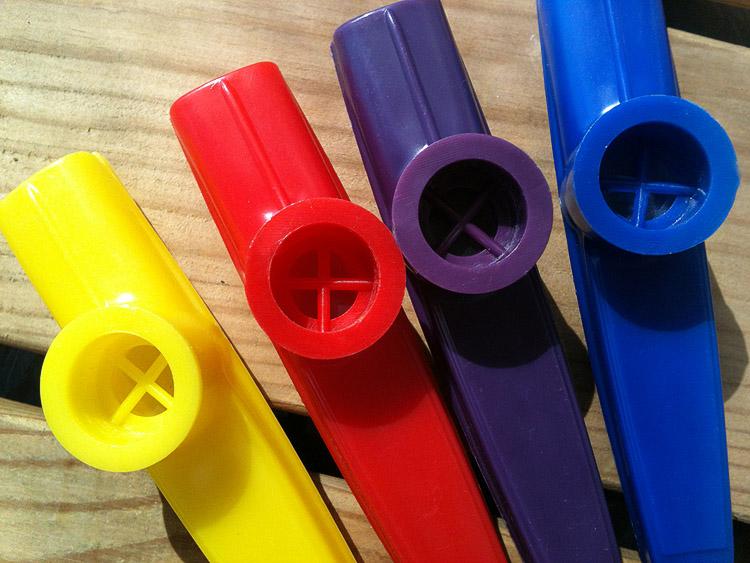 คาซู่ กาซู่ วัสดุ พลาสติก Plastic Kazoo สีเหลือง แดง ม่วง น้ำเงิน เขียว