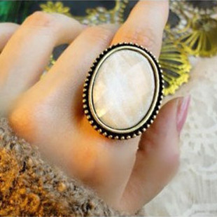 (หมดจ้า) แหวนวินเทจ คริสตัลตัดเหลี่ยมสีขาว มีกลิตเตอร์ให้ประกายแวววับสวยหรู ตัวแหวนปรับขนาดได้ค่ะ
