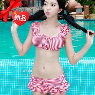 พร้อมส่ง ชุดว่ายน้ำเซ็ต 2 ชิ้น เสื้อแขนตุ๊กตา กางเกงกระโปรงแต่งระบาย ลายเส้นสีแดงขาวสวยๆ