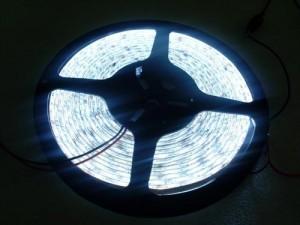 LES027 LED Strip Ribbon Flexible ยาว 5 เมตร 5050 60 LEDs/M 15-18 Lumen/chip แสงสว่างมากกว่า (ไม่กันน้ำ) (Chip from Taiwan)
