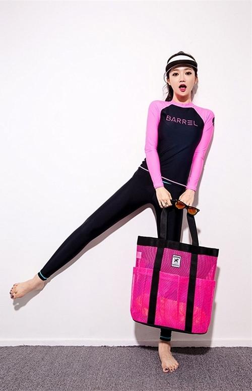 พร้อมส่ง ชุดว่ายน้ำแขนยาว กางเกงขายาว บิกินี่ เซ็ต 3 ชิ้น เสื้อสีดำแขนชมพูสด สกรีนลาย
