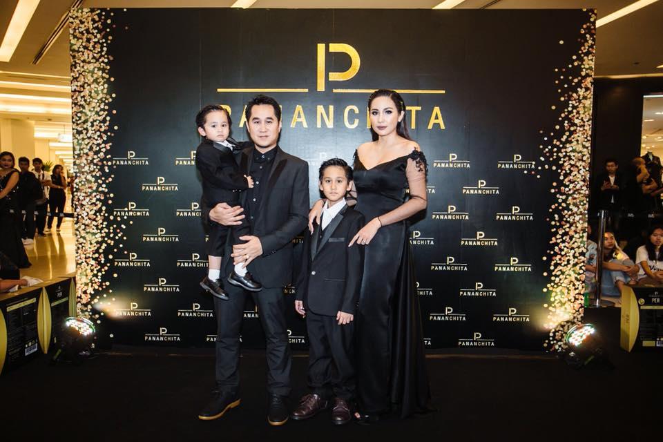 ครอบครัวน่ารักๆ ของคุณปนันชิตา แก่นจันทร์ เจ้าของแบรนด์ Pananchita PER & SOL Thailand ค่ะ ตัวแทนจำหน่ายเห็นแล้วแอบอิจฉาไปตามๆ กันค่ะ น่ารักๆ มากๆ ค่ะ