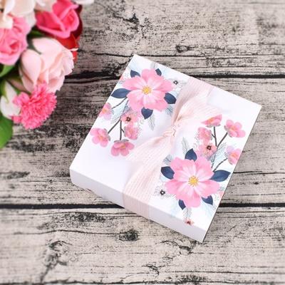 กล่องกระดาษถาดเลื่อนสีขาวลายดอกไม้สีชมพู 13.1x13.1x3.5 cm. 20 ชิ้น : V004767