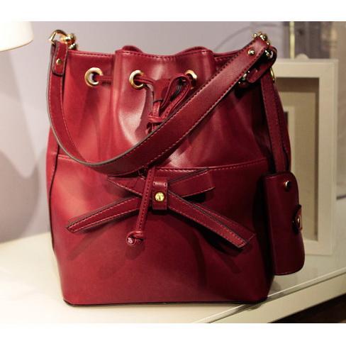 กระเป๋าสะพายหนังสีแดง แต่งโบว์ มีสายรูดที่ปากกระเป๋า