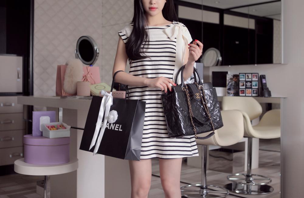 SISOUHOR เดรสแฟชั่นเกาหลี/เสื้อตัวยาวทรงปล่อย แขนล้ำ ลายขวางสีขาวสลับดำ ดีเทลผูกโบว์ใหญ่ที่ไหล่ สวยค่ะ