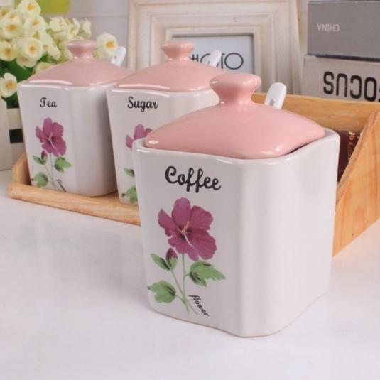 [Preorder] เซ็ทเครื่องปรุงแบบ 3 ชิ้น ลายดอกไม้สีชมพู (พร้อมช้อนและชั้นวาง) Kitchen ceramic spice jar seasoning creative suite Spice Box sent spoon sauce pot racks base
