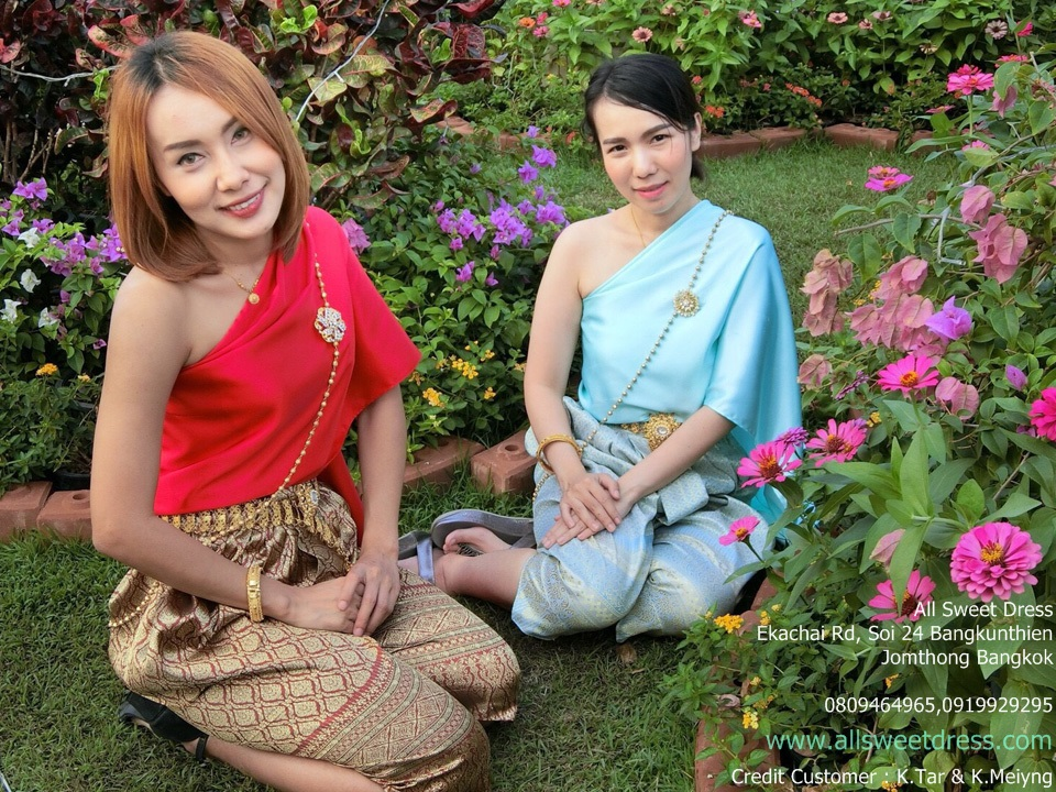 รีวิวชุดไทยสไบสีแดงและสีเขียว กับโจงกระเบนสีแดงทองและสีฟ้าของ allsweetdress ในงานอุ่นไอรักคลายความหนาวจากน้องๆ ที่มาใช้บริการเช่าชุดไทยรัชกาลที่ 5 ของ allsweetdress ฝั่งธน ถ่ายในบรรยากาศดอกไม้สวยสดงดงาม
