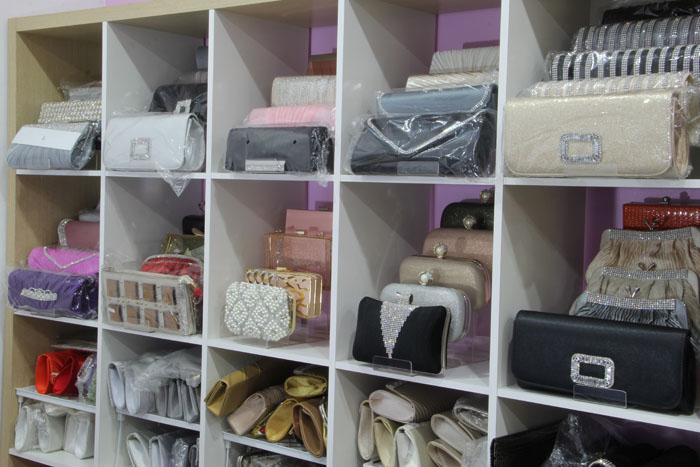 ภาพกระเป๋าออกงานที่มีจำหน่ายและให้เช่ารวมถึงให้ยืมกันแบบฟรีๆ เมื่อใช้บริการเช่าชุดที่ร้านค่ะ