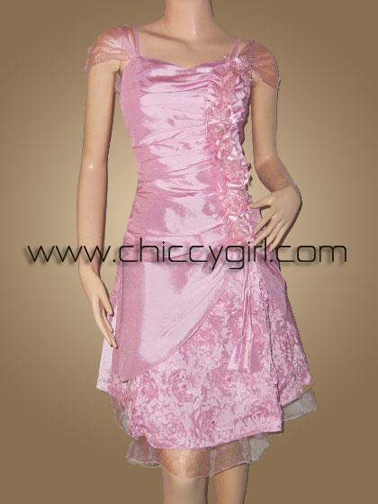 ชุดราตรีผ้าไหมสีชมพู อกรูปหัวใจแบบมีแขน จับจีบเดรฟแต่งดอกไม้ด้านข้าง กระโปรงปักริบบิ้นไหมเป็นกุหลาบปักเลื่อมและลูกปัดสวยหรู
