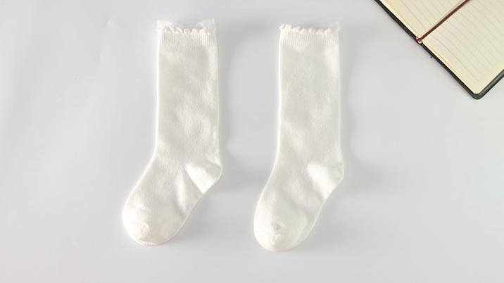 ถุงเท้าเด็กแบบยาวสีขาว