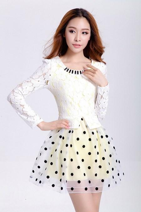 ชุดเดรสสั้น Brand Ya nan ชุดเดรส ตัวเสื้อผ้าลูกไม้สีขาว แขนยาว คอเสื้อแต่งด้วยคริสตรัสสีดำ กระโปรงผ้าโปร่งสีขาว สวยมากๆครับ (พร้อมส่ง)